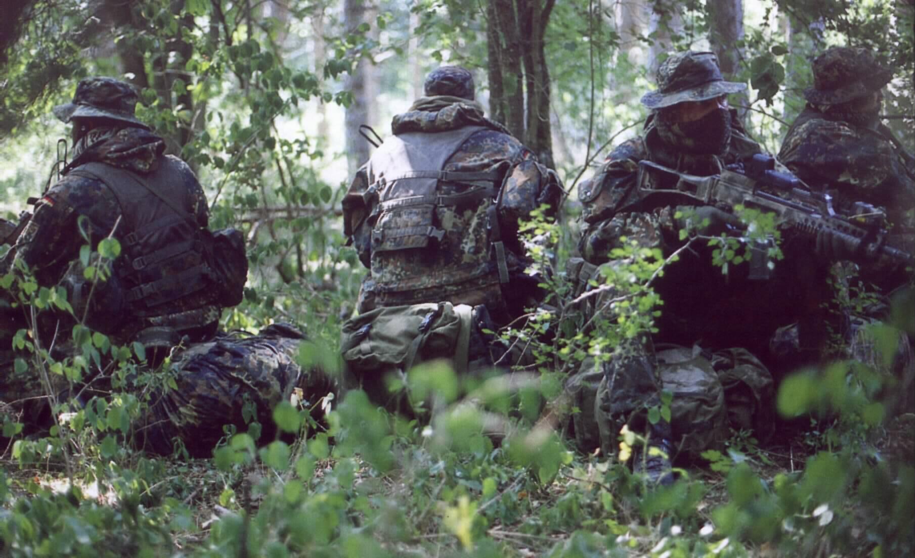 Солдат и член в лесу 3 фотография